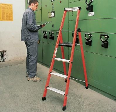 Stufenstehleiter aus Kunststoff/Aluminium