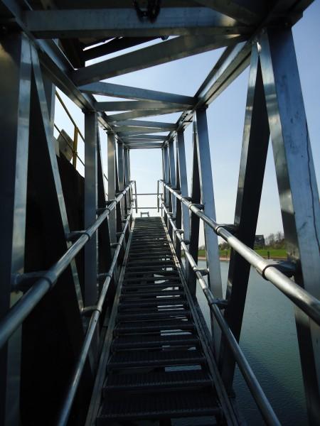 hohenverstellbare-Treppe-in-Fachwerkausfuhrung-als-Rohre-aus-Aluminium-mit-gelenkig-gelagerten-Stufen01
