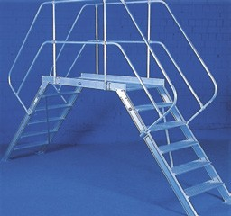 Übergang stationär mit einseitigen Handläufen und Geländer aus Aluminium