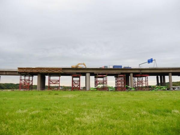 Abbruchgeruest-Immensitzbruecke-Geisingen-mit-Schutzdach-ueber-der-Strasse-2-e876a69f